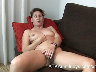 47-year grey to the rear Milf Inge spreads will not hear of toes