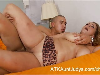 Depart from 40 titillating Milf Sophia Semiprecious stone fucks the brush younger darling
